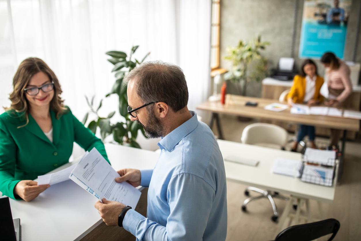 businessman-talking-to-financial-advisor